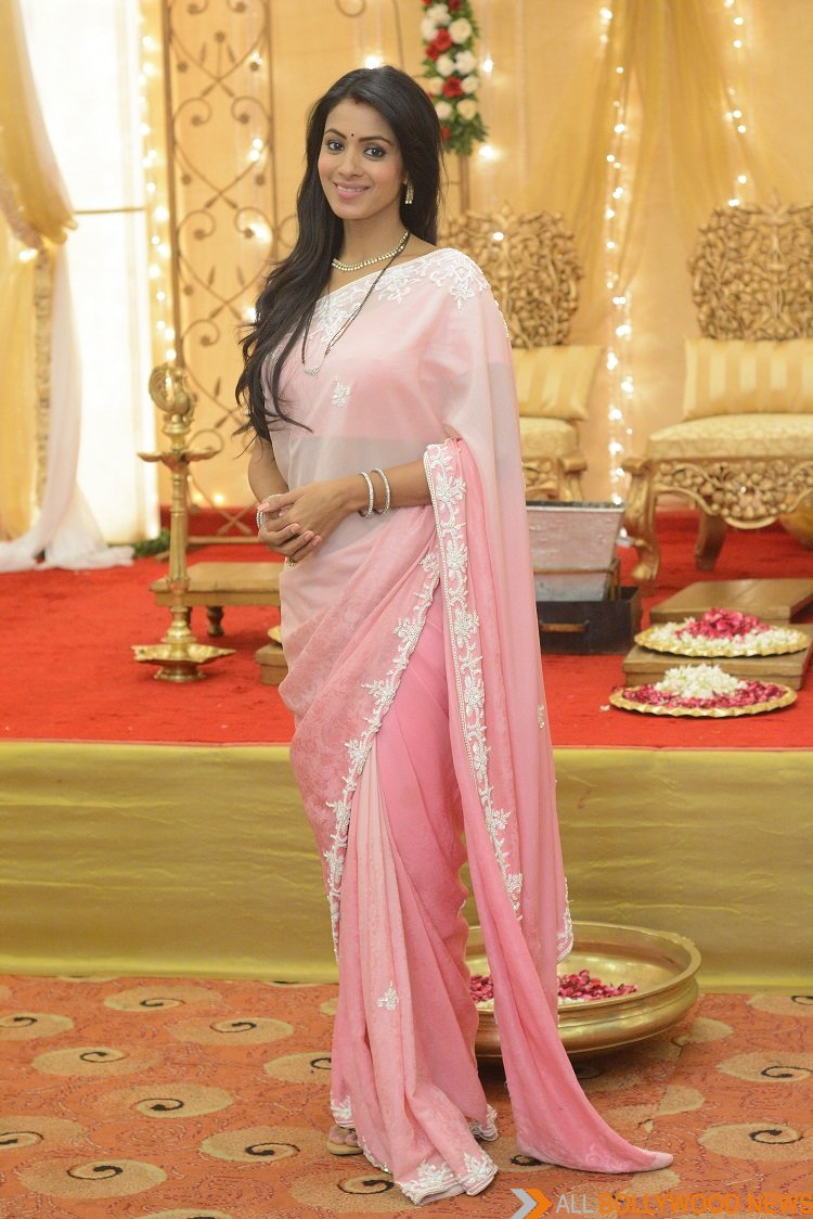 Barkha Bisht Loses Her Diamond Wedding Ring During The Shoot - All ...