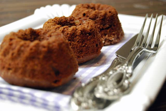 Drei Mini Gugelhupf mit Schoko und Kokos warten aufs gegessen werden