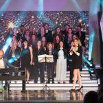 RobertaBonannoPremioMiaMartini_MarioRosini al piano-coro dei Finalisti del Premio_foto di Simone Pizzi_b