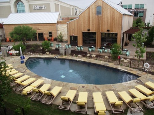 Lone Star Court Pool and Patio (Photo by LoudPen)
