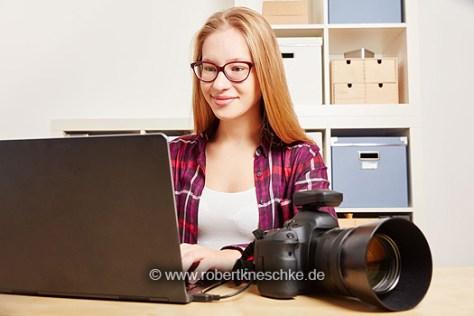 Fotografin mit Kamera und Computer