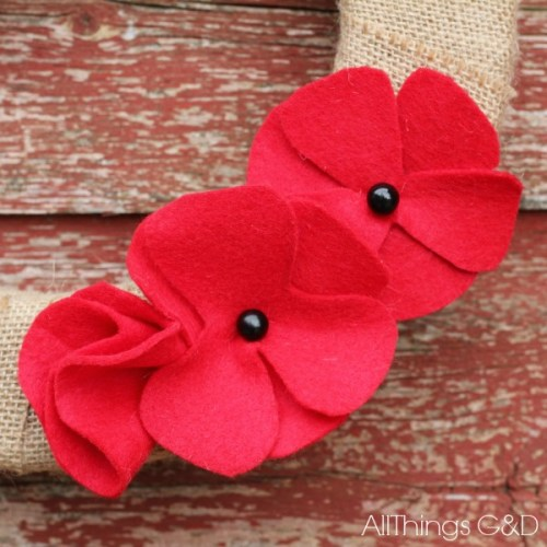 Make your own red felt poppies! Template and step-by-step photo instructions included. | www.allthingsgd.com