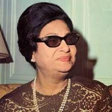 صورة من الأرشيف لمعجب سوداني يقتحم المسرح ليصافح أم كلثوم خلال زيارتها للخرطوم !