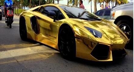 سيارة ذهبية