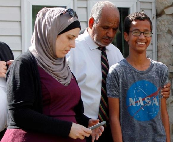 احمد مع والدته وأبيه محمد الحسن محمد