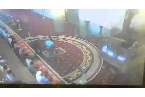 رجل يصفع الإمام أثناء الصلاة