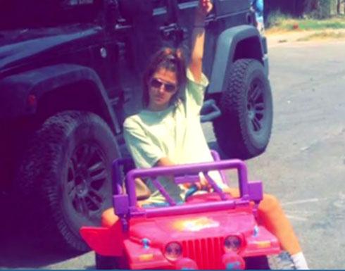 طالبة أمريكية تقصد الجامعة بسيارة أطفال