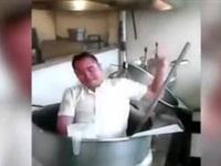 عامل مستشفى يستحم في أوانى الطبخ