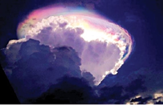 غيوم مذهلة تظهر مضيئة وملونة في سماء