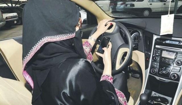 امراة سعودية تقود سيارة متحدية القانون