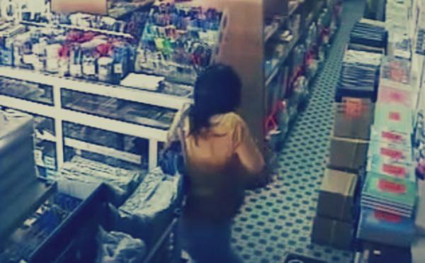 فتاة تسرق من مكتبة