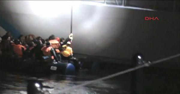 جندي يحاول إغراق قارب لاجئين سوريين