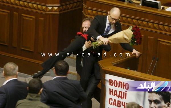 رئيس وزراء أوكرانيا يتعرض للإهانة
