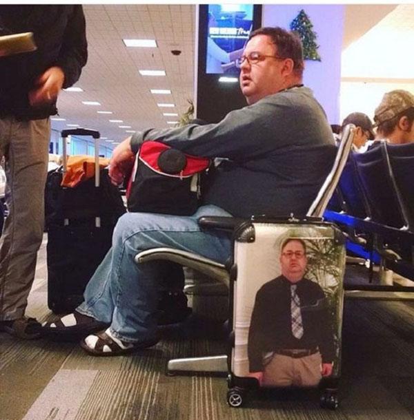 مسافر يبتكر طريقة فريدة لتجنب فقدان حقائبه