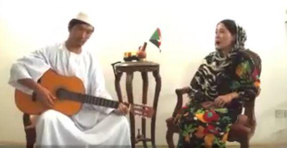 ياباني ويابانية يرتدون الزى السوداني ويتغنون برائعة وردي (بلدي يا حبوب) ورواد مواقع التواصل يفجرون مفاجأة عنهما