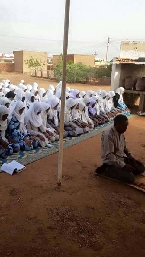 أستاذ ثانوي سوداني يؤم الصلاة بتلميذاته