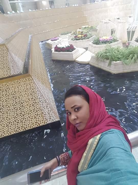 ماذا تفعل المطربة السودانية مكارم بشير في مطار الملك خالد بالمملكة العربية السعودية