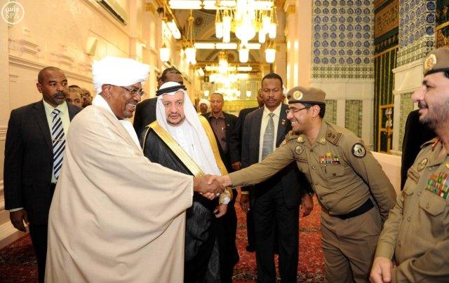 البشير خلال زيارته للمدينة المنورة ثم توجه بعدها الى جدة