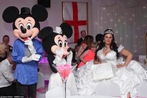 ارتدت عروس يبلغ طولها 160سم فستان زفاف وزنه 63 كيلو جراما والذي صممته بنفسها