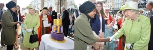 مسلمة بحجاب صنعت لملكة بريطانيا كعكة ميلادها التسعين