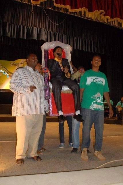 الجمهور يحمل الفنان أحمد الصادق علي كرسي الإمبراطورية ويعرضه للسخرية