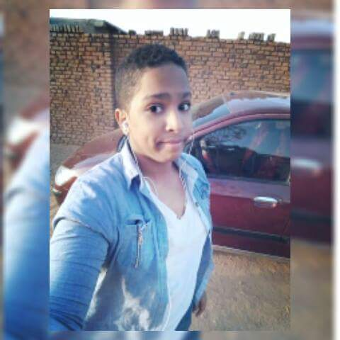 """مراهق سوداني يثير ضجة على فيسبوك بترديده لأغاني المطربين الشباب على طريقة """"السلفي"""""""