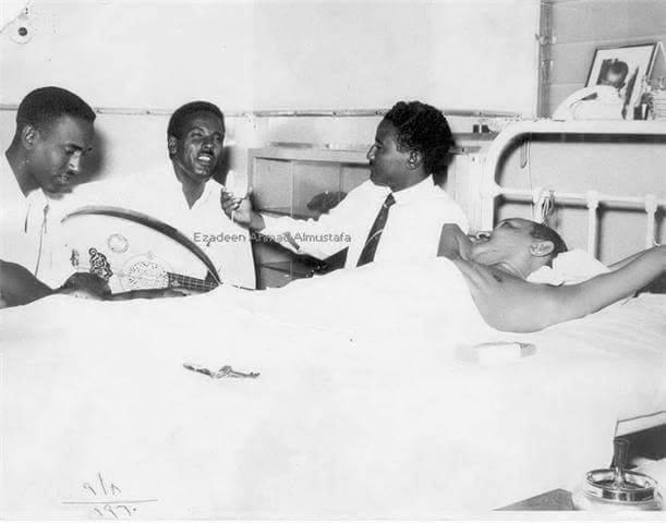 الفنان السوداني الراحل أحمد المصطفي يغني لمريض بالمستشفي لرفع روحه المعنوية