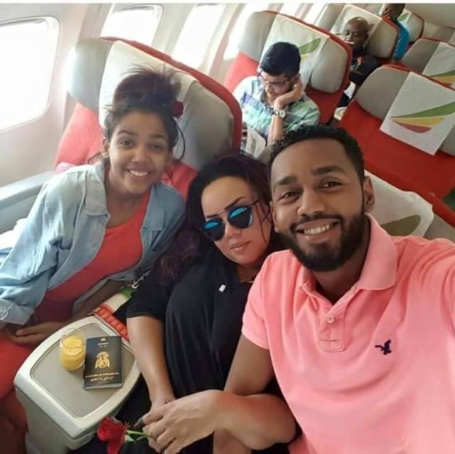 صورة ندى القلعة وأبنائها داخل الطائرة الأثيوبية تشعل فيسبوك