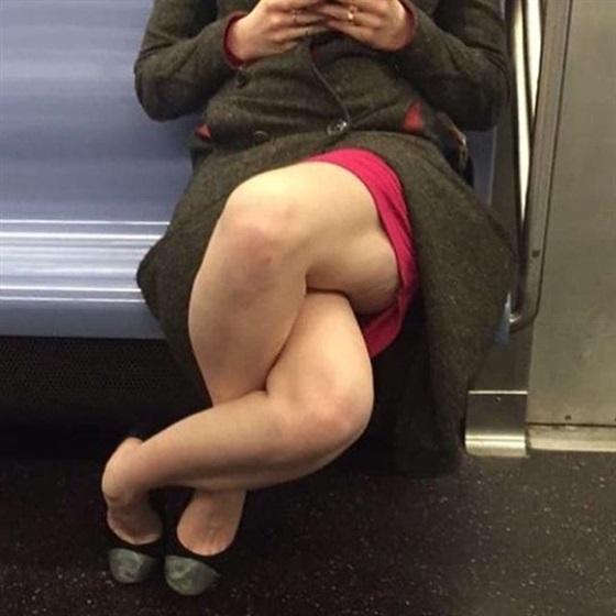 سيدة تجلس داخل مترو بطريقة غريبة تثير ضجة على الإنترنت