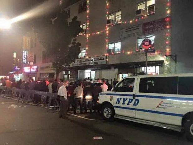 شرطة نيويورك تحمي المصلين أثناء أداء صلاة التراويح بالشارع