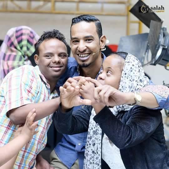 """الفنان طه سليمان يحتضن أطفال """"المتلازمة داون"""" بحب وحنان في لفتة شغلت رواد مواقع التواصل الاجتماعي"""