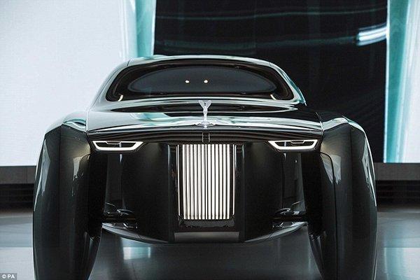 355A5B6A00000578-3644858-Head_on_the_Rolls_Royce_looks_an_impressive_feat_of_automotive_d-a-172_1466100264592