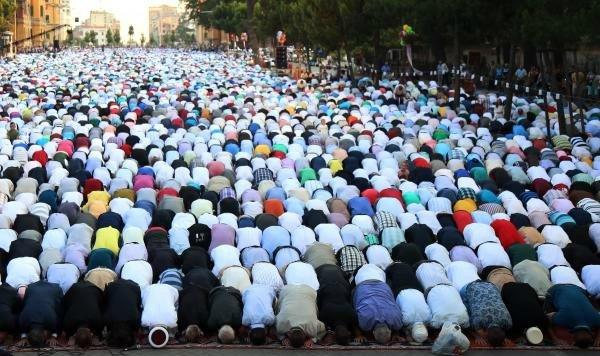 في مشهد مهيب إمام الحرم المكي يؤم آلاف المصلين في صلاة عيد الفطر بألبانيا2