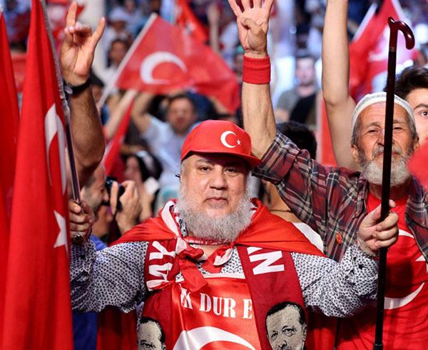 رجل الأعمال السعودي الذي شارك الأتراك التظاهر