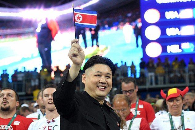 شبيه زعيم كوريا الشمالية يُفاجئ مشجعي ريو1