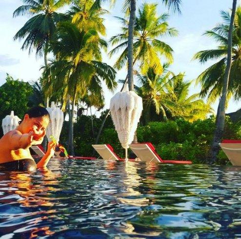 غادة عبد الرازق في حمام السباحة تشعل إنستغرام