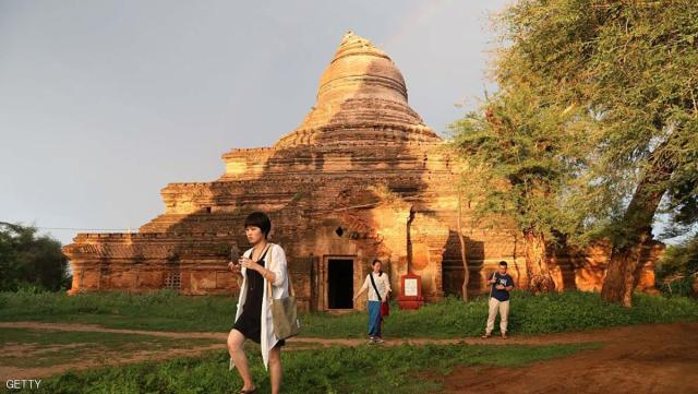 Tourists take photographs of an ancient pagoda after a 6.8 magnitude earthquake hit Bagan on August 24, 2016. A powerful 6.8 magnitude earthquake struck central Myanmar on August 24, killing at least one person and damaging pagodas in the ancient city of Bagan, officials said. The quake, which the US Geological Survey said hit at a depth of 84 kilometres (52 miles), was also felt across neighbouring Thailand, India and Bangladesh, sending panicked residents rushing onto the streets. / AFP / SOE MOE AUNG        (Photo credit should read SOE MOE AUNG/AFP/Getty Images)
