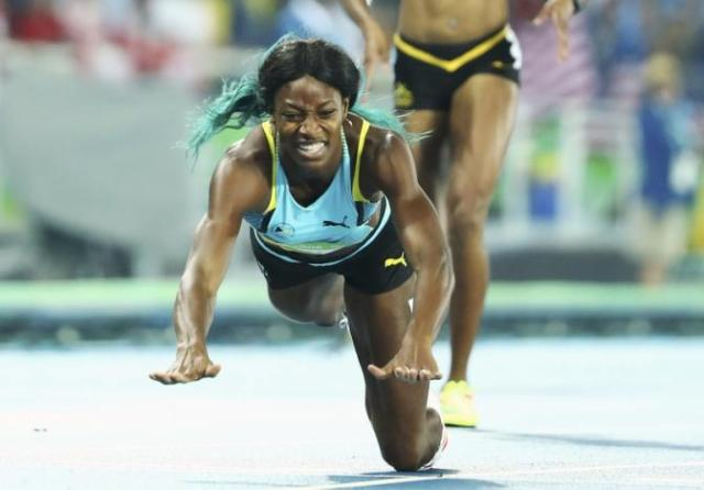 Shaunae Miller (BAH) of Bahamas dives over the finish line to win gold. REUTERS/Lucy Nicholson