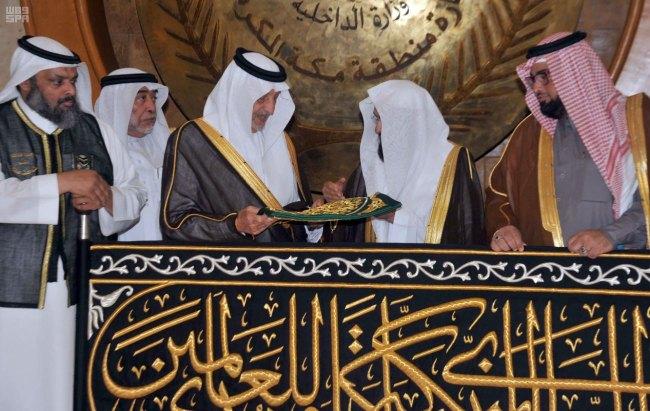 أمير مكة يشهد مراسم تسليم كسوة الكعبة1