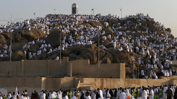 Muslim pilgrim join one of the Hajj rituals on Mount Arafat near Mecca early on September 11, 2016. Close to 1.5 million Muslims from around the world prepared on September 10 night for the climax of the annual hajj pilgrimage at a rocky hill known as Mount Arafat. The pilgrims will mark September 11 with day-long prayers and recitals of the Koran holy book at the spot in western Saudi Arabia where they believe their Prophet Mohammed gave his last hajj sermon. / AFP PHOTO / AHMAD GHARABLI
