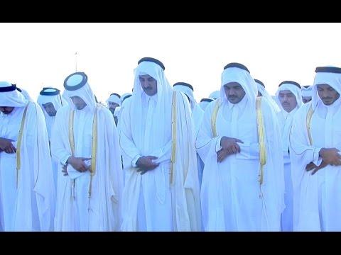 بالفيديو .. أمير قطر يؤدي صلاة العيد بصحبة والده