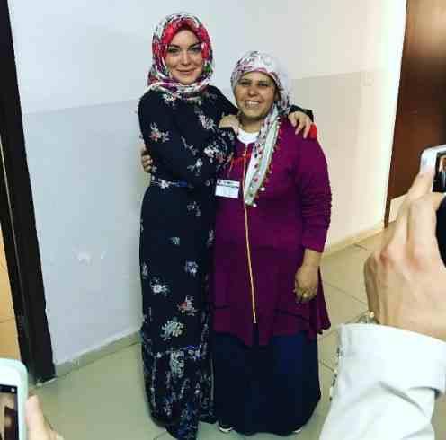 بعد حديثها عن تحولها للإسلام ليندسي لوهان ترتدي الحجاب1