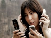 بالفيديو: عندما يصل إدمان الهواتف الذكية لذروته