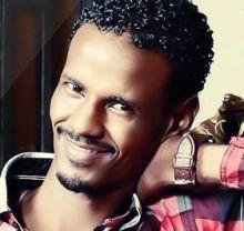 بالفيديو : فضل أيوب يغني مرثية للراحل محمود عبدالعزيز