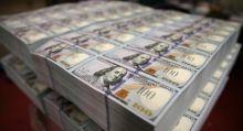 رجل يدفع فاتورة بورقة بـ(تريليون دولار)