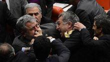 بالصور: شجارعنيف بين نواب في البرلمان التركي