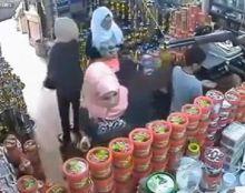 """بالفيديو : 3 فتيات """"محجبات"""" يخدعن البائع و يسرقن بضاعة في وضح النهار"""