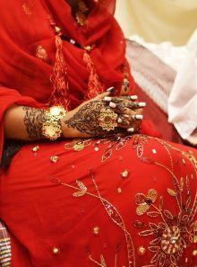 بسبب(الموبايلات)عروس ترفض الرقيص في يوم زفافها ما لم تحضر الشرطة النسائية والشرطة تلبي طلبها وتحضر بكثافة