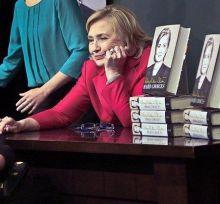 هيلاري كلينتون تحكي رحلتها من الإفلاس إلى الثراء في كتاب
