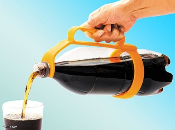 حمالة لقوارير المشروبات الغازية لكى لا تنزلق من يدك عند السكب من القارورة